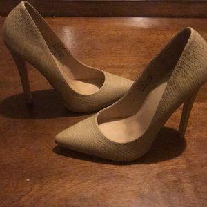 Pointed toe Tan heels 👠